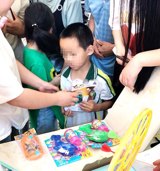 """""""六一""""儿童节,远大为白癜风患儿送礼物表祝福"""