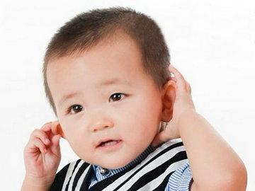 宝宝脸上一块白一块白怎么回事